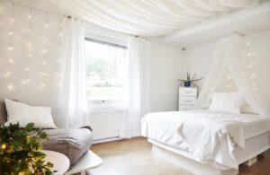 Sovrum på Furuviken med stor säng i vitt